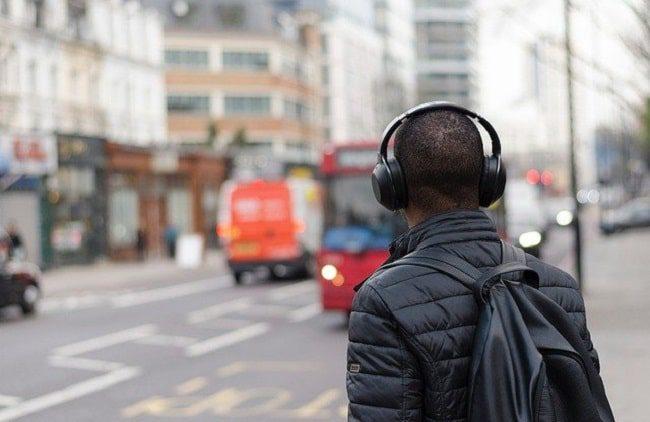 هدفون روی گوش یک در در خیابان