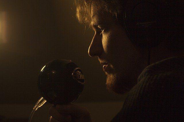 آدم در خوانندگی با میکروفن