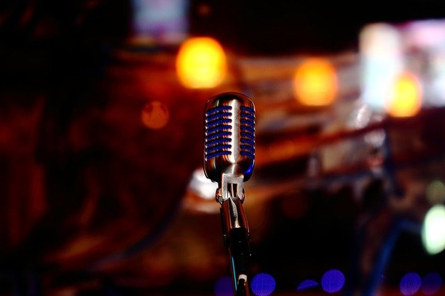 میکروفن قدیمی برای اجرای زنده