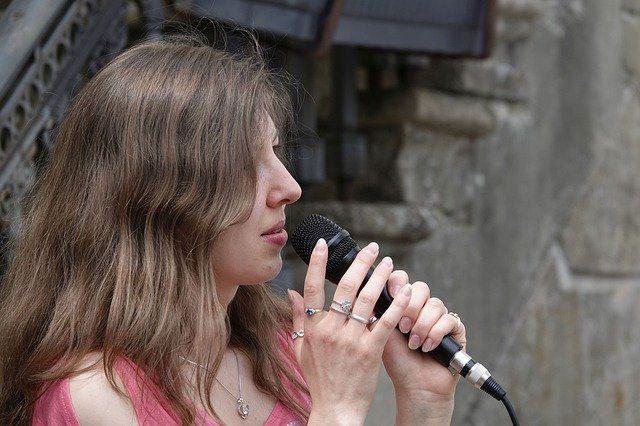 خواننده زن درحال اجرای زنده