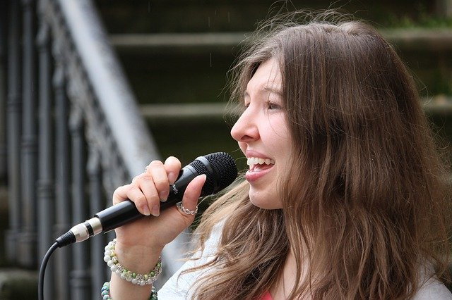 یک زن در حال موزیک خواندن زنده